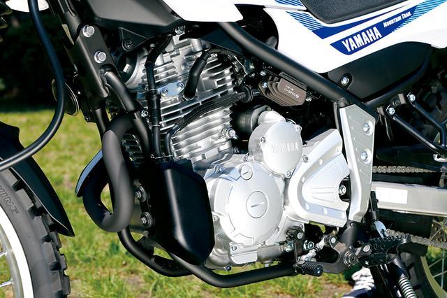 画像: OHC2バルブの空冷単気筒というシンプルな構造のエンジンはFIの改良で従来型より2PSパワーアップ。前下方にある黒い縦長のカバーは今回追加されたキャニスター。