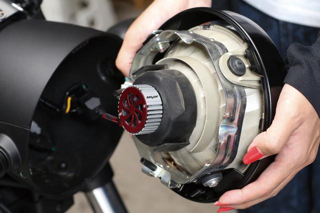画像: ユニット後部にはアルミ製ヒートシンクと小型の電動ファンがあり、バルブの熱を強制的に放出。温度が許容範囲を超えると自動的に出力を絞る構造だ。
