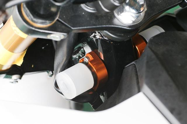 画像: こちらはレース専用ハンドルストッパー(9800円+税)。フレームにアルミ削り出しのベースとジュラコン製のストッパーをセット。専用品なので、加工不要で取り付けられるんです。