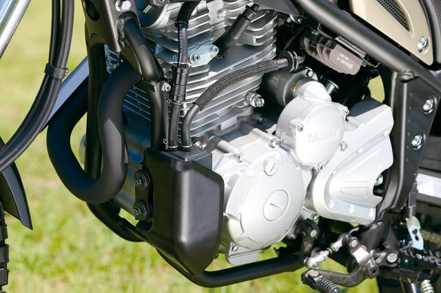 画像: 車体左側のクランクケース前方に装着されている黒いカバーに収まるのが、燃料タンクの蒸発ガソリン排出を抑えるために採用されたキャニスターだ。
