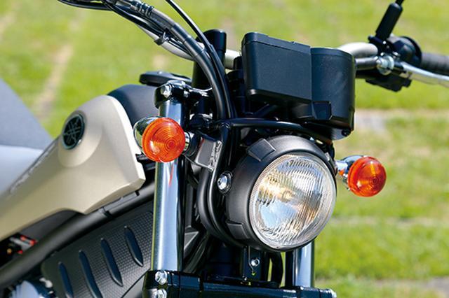 画像: コンパクトな丸形ヘッドライトが、シンプルでソリッドなスタイルにはよく似合う。60/55Wのハロゲンバルブを使用する。