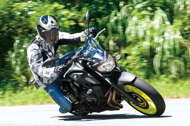 画像: オートバイ誌テスター歴は約40年。試乗テストした車両は3000台を超える。猛暑と言われる今年の夏は、バーベキューツーリングを予定しているとのことで、最近は暑さ対策用品を注視している。今回はMT-07のマイチェン前のモデルと新型との比較試乗も行いました。