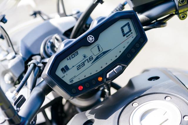 画像: コンパクトなデザインの液晶メーター。下段にはバー表示のタコメーター、中央にギアポジションインジケーター、その左右にスピードメーターや燃料計などを配置。