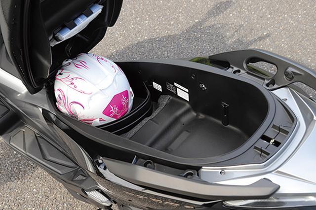 画像: 49Lと容量は若干少ないが、形状の絶妙な工夫でフルフェイスヘルメットを2個収納可能。収納効率を高めるセパレーターも用意。