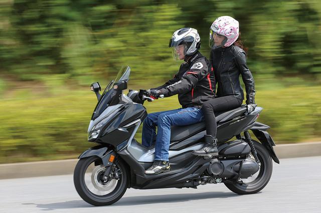 画像: すごく滑らかで本当に気持ちがいいです! 自分で運転してみてもフォルツァは滑らかで快適なんですが、タンデムの方がさらに快適に感じます。グラブバーは女の子でもしっかり握れる構造で安心ですが、シートがちょっと硬めなので、ギャップや段差を通過するときは、ライダーさんは優しく走ってあげてくださいね。 (ステラ)