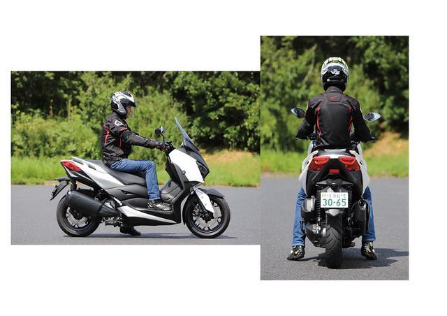 画像: 上体が起き、膝の曲がりも直角に近いポジションでハンドル操作もステップボードへの荷重もやりやすい。足つき性は良くはないが、停車時にシート前側に腰をずらせば身長150㎝台のライダーでも両足が接地する。