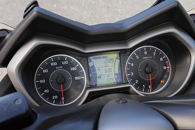 画像: アナログ2眼+液晶モニターというレイアウトはフォルツァと同じ。モニターは燃料計、水温計、距離計、燃料計、などを表示。