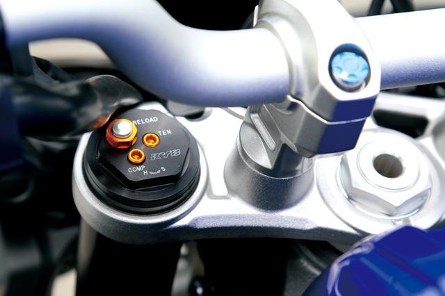 画像: MT-10 ABS MT-10の倒立フロントフォークはKYB製。YZF-R1用をベースにストリートでの軽快な運動性能と優れた乗り心地を両立した専用セッティングだ。
