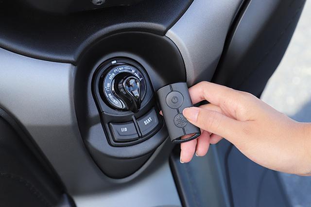 画像: スマートキースイッチ自体は小ぶりで操作しやすいもの。下部には左ポケットとシートを開閉するボタンが設置されている。