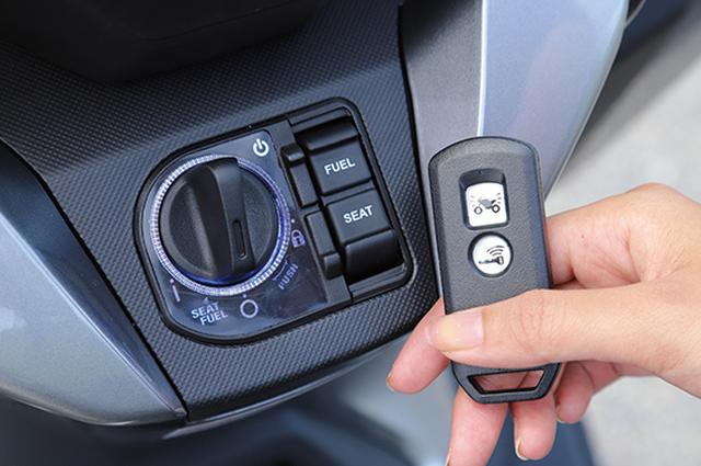 画像: スイッチにはブルーの照明を配して夜間の使い勝手を向上。アンサーバック機構も備えており、駐車場などで自車を発見しやすい