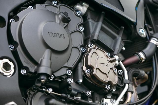 画像: MT-10 SP ABS, MT-10 ABS 共通装備 クロスプレーンクランクを採用したYZF-R1譲りの997㏄水冷直4。強力なパワーに加え、クリアなトルク感、リニアリティなフィーリングも魅力。