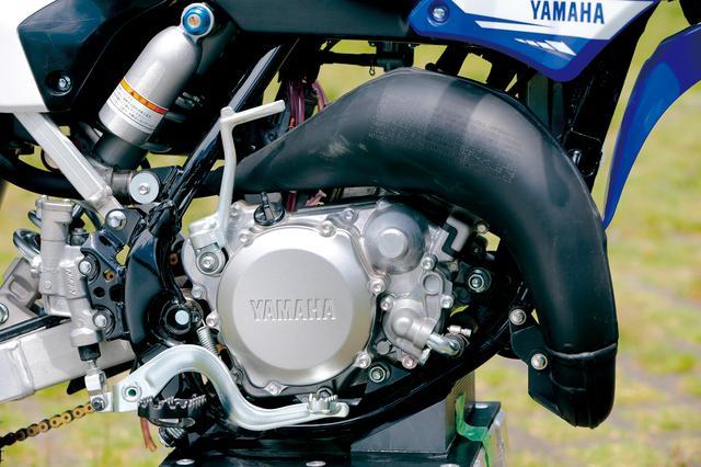 画像: 新設計水冷2ストロークエンジンは、樹脂製ウエイトをクランクウエブの一部に織り込み、高い1次圧縮比と最適な慣性マスを確保。