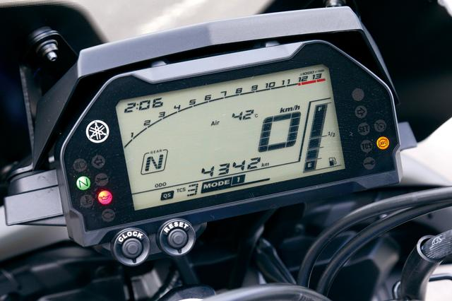 画像: MT-10ABS 視認性良好な液晶メーター。デジタル速度計、バーグラフ式回転計に加え燃料計、距離計、ギアポジションなど多彩な機能を備えている。