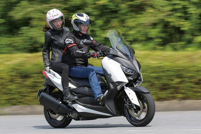 画像: ひとりで乗ると路面の状態がハンドルにしっかり伝わる印象ですが、タンデムシートは振動もなく、すごく快適。グラブバーも細身で、女の子にも握りやすいのがポイント高いです。タンデムステップの位置のせいなのか、停止時などにライダーがおろした足に当たる事があって、そこだけがちょっと気になりました。(ステラ)