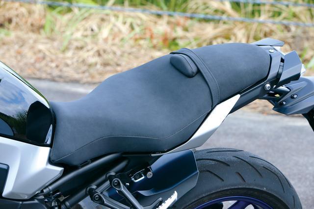 画像: MT-10 SP ABS, MT-10 ABS 共通装備 SPはカラーリングが専用なだけでなく、シートの表皮がスタンダードモデルとは違う、高級感を感じさせるスエード調シート表皮を採用。