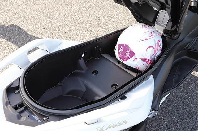 画像: トランク容量は約45リットルでヘルメット2個を収容可能。滑らかに開閉できるダンパーや、夜間に便利なLED照明も装備。
