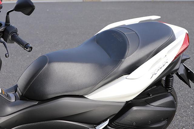 画像: ライダーの体にフィットするデザインと、ゆったりとしたサイズで高い快適性を備えるシート。タンデムの快適さを抜群。