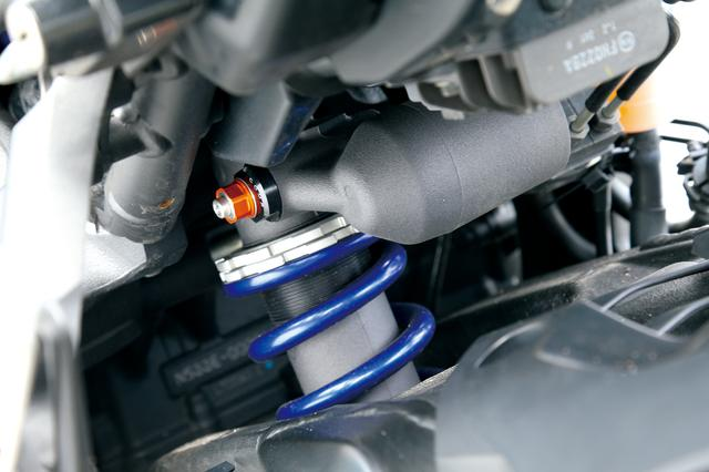 画像: MT-10 ABS タンダードモデルのリアサスペンションは、KYB製のボトムリンク式モノクロスタイプ。路面への効率的な駆動力伝達を可能としている。