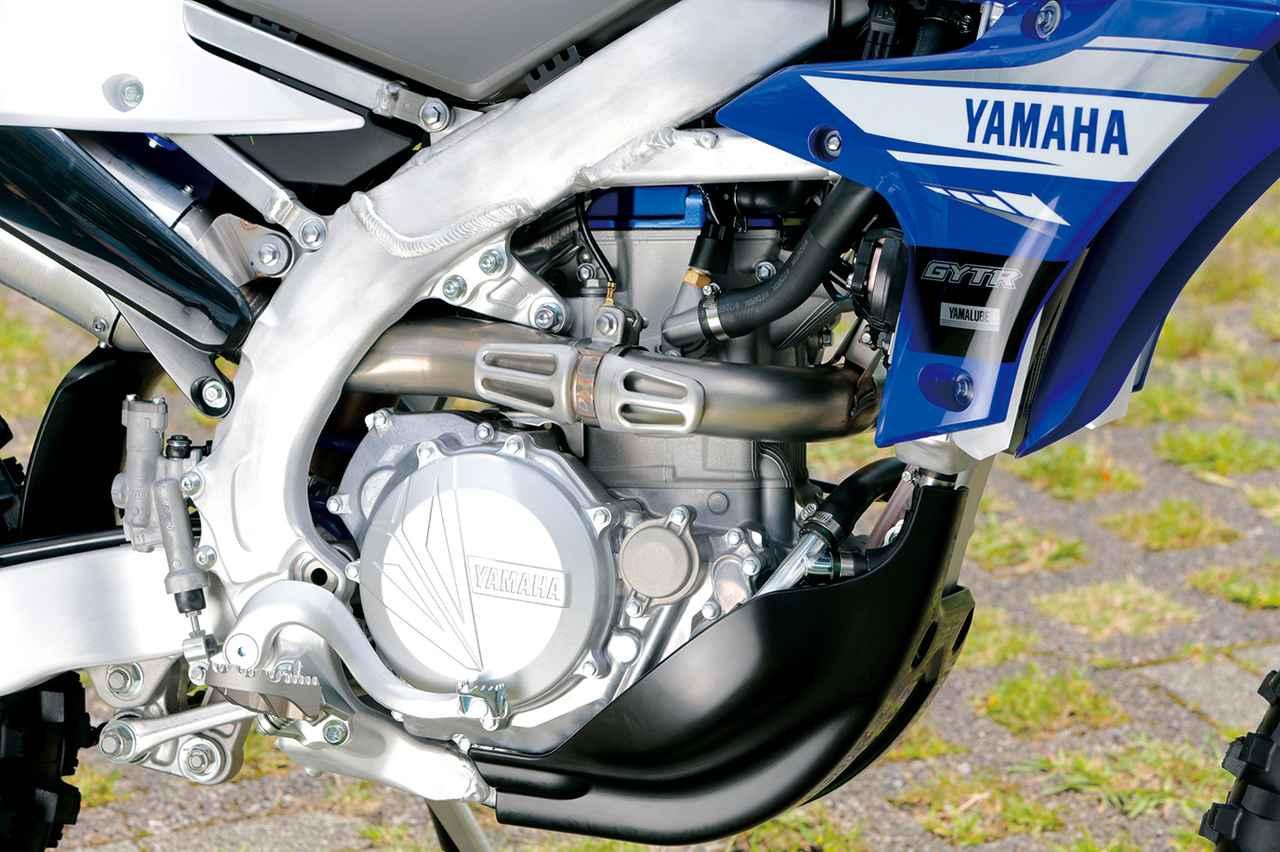 画像: YZ450Fベースの前方吸気後方排気エンジンは、専用の点火マップでセッティングし、エンデューロで求められる扱いやすさを実現。