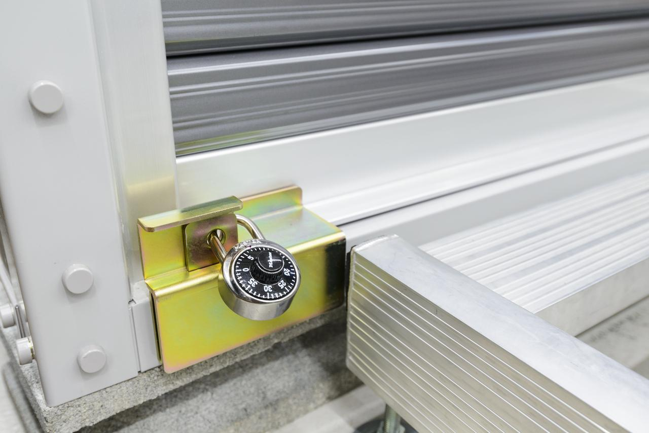 画像: さらにはシャッターガードに別売りの鍵を取り付けることで、さらなる盗難抑止力を発揮します。