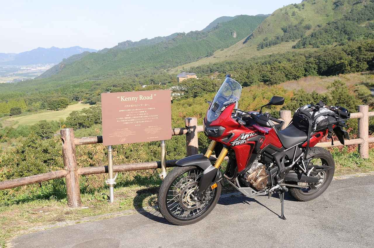 画像: アフリカツインでケニーロードを走った時の1枚 いやぁ、この景色によく似合うバイクだ、アフリカツイン