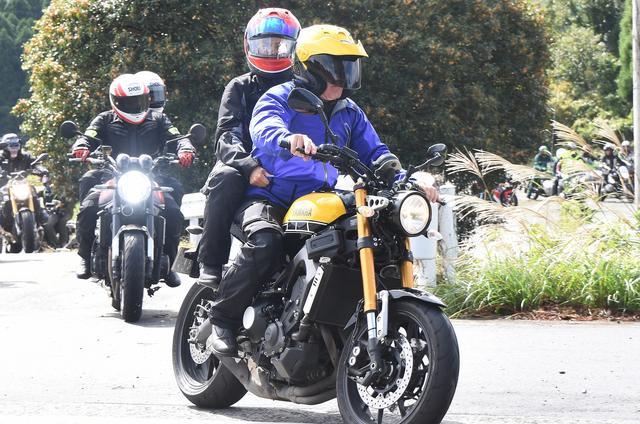 画像: XSR900+ケニー・ロバーツ夫妻と後続のZ900RS+エディ・ローソン夫妻 信じがたい写真!