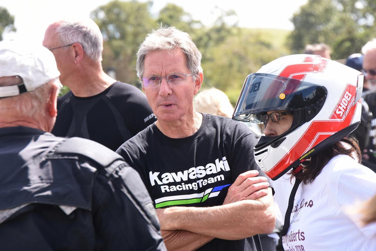 画像: KRTのシャツ着てるエディさん。お隣のローソンレプリカヘルメットwは奥様