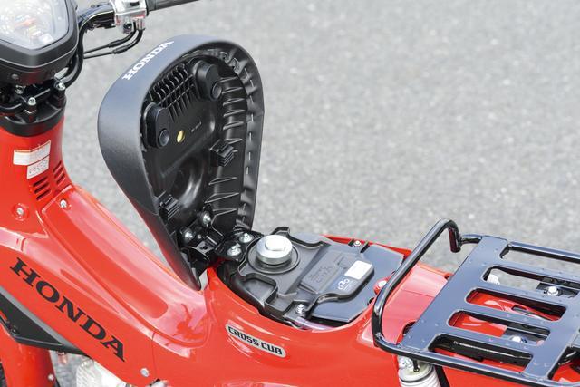 画像: カブといえば、このシート下の給油口。シートは相変わらず吸盤で半固定、ガソリンキャップはキーロックつき、燃料計はメーターへ。