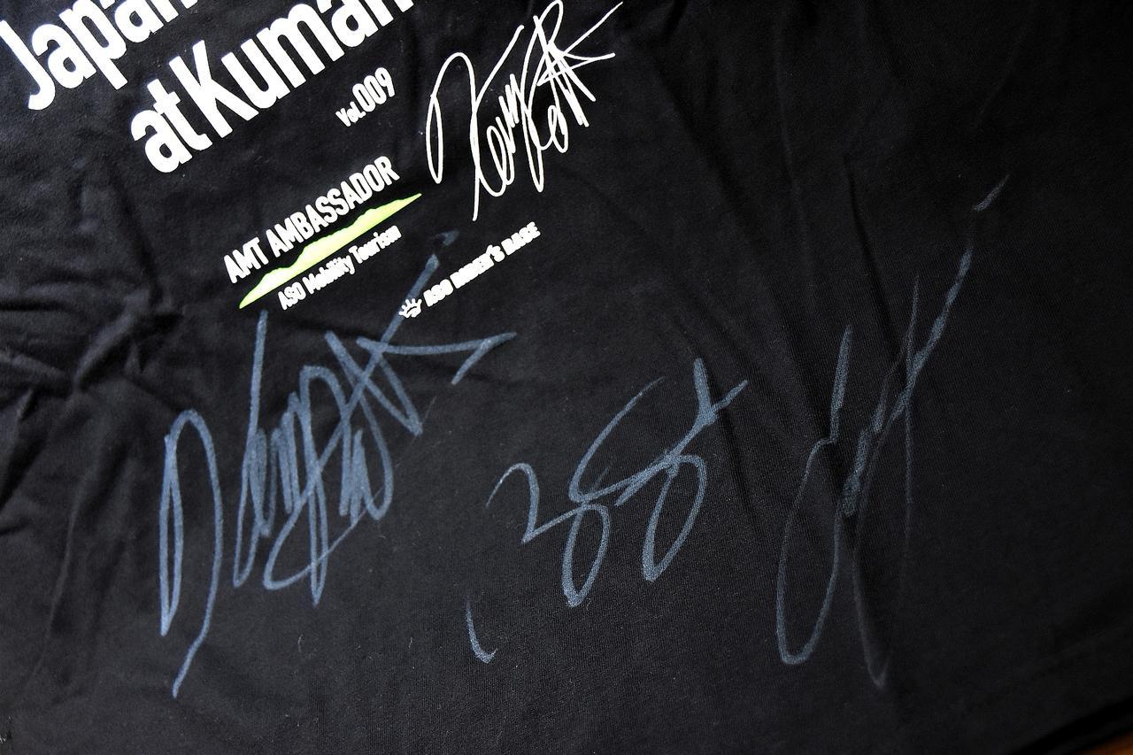 画像: 2018KRJRオリジナルTシャツにケニーさん、エディさん、ババさんの3人のサインを入れてもらいました! これちょっとスゴいお宝じゃない?? 「2枚もサインするのか」って2枚もらってきたので、読者プレゼントに出します! 詳細はオートバイ誌11/1発売の12月号をお楽しみに! Don't miss it!