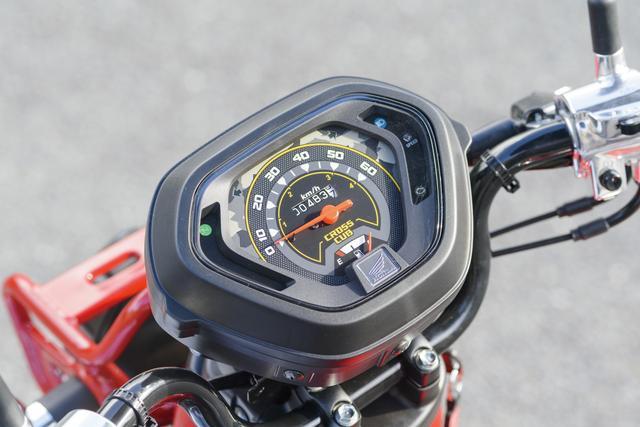 画像: 燃料計を内蔵したスピード表示のみの別体式メーター。ちょっと弁当箱っぽい無骨さがクロスカブにイメージが合っている。
