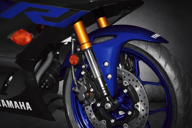 画像8: R1直系のデザインに倒立フォーク&液晶メーターを新採用