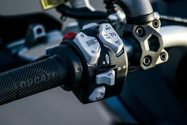 画像: 左スイッチにある縦長のグレーのスイッチは、右側がクルーズコントロール用、左はライディングモードの設定、変更に使う3方向キーだ。