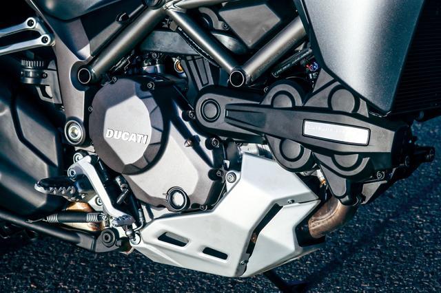 画像: ケースカバーの色合い変更やベルトカバーにあるDVTのエンブレムも樹脂製から金属製に。それが1260エンジンの外観からの識別点。