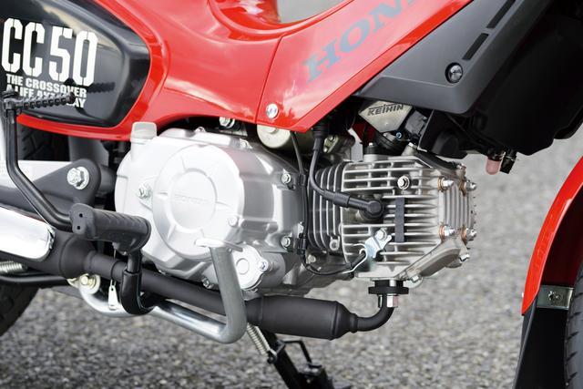 画像: クロスカブに初登場の50㏄バージョン。新型エンジンはカートリッジ式オイルフィルターを採用し、ドレーンにストレーナーを追加。