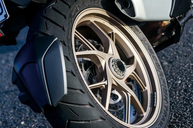 画像: デザインを一新したホイール。OEMタイヤはピレリのスコーピオントレールⅡ。ウエット性能、コンフォート&ツーリング性能も高い。