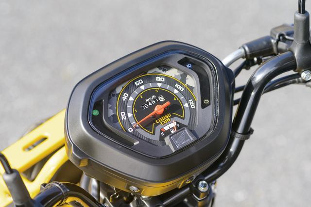 画像: 50は60㎞/h、110は120㎞/hフルスケールのメーターを標準装備。旧クロスカブに比べ、ハンドルまわりのハーネス処理がスッキリ。