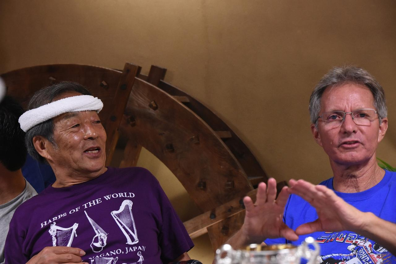 画像: エディの横のオッサ…いや紳士は、かつてホンダのWGPの現場を統括していた尾熊洋一さん
