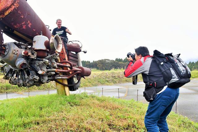 画像: エディさんが悪乗りw こんな写真も次号月刊オートバイへ! ちなみにエディさんがまたがってるモニュメントは立ち入りとまたがり許可をいただいてます♪
