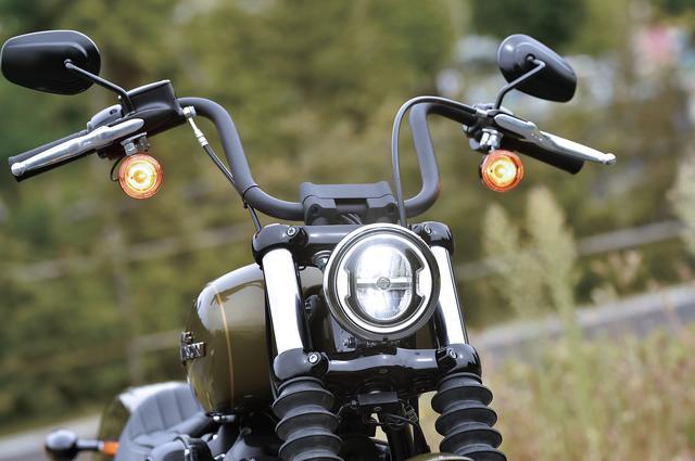 画像: LEDリングがより際立つよう内部の加飾をブラックとしたLEDヘッドライト。小径ライトはチョッパーカスタムの定番メニューと言える。
