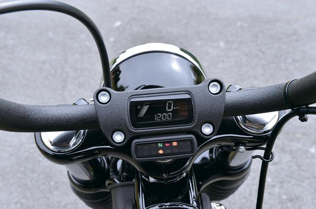 画像: ハンドルをマウントするライザーに埋め込まれた新作メーターは、小型ディスプレイに速度や燃料計、ギヤ段数を表示。インジケーターは別画面とした。