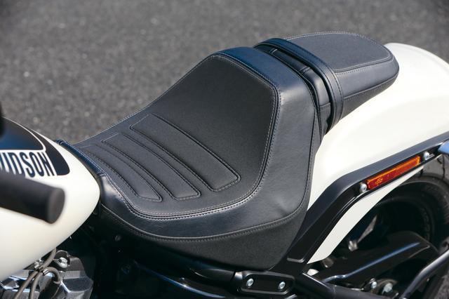 画像: 肉厚でホールド性に優れたシートは、思いのままに攻めてもライダーをしっかりサポート。