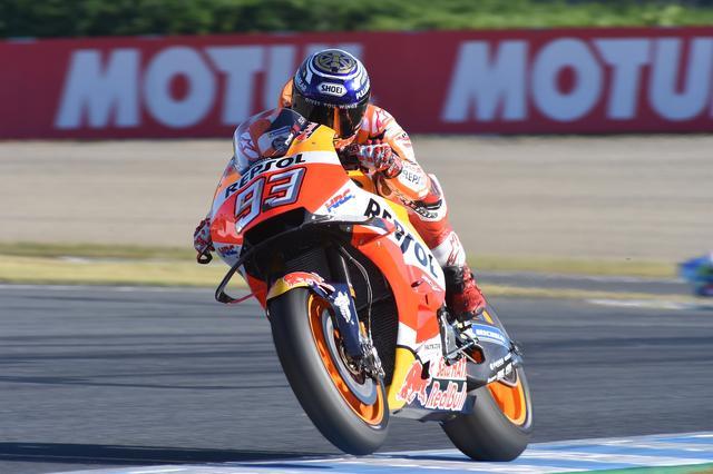 画像: MotoGPクラス5回目のチャンピオンを獲得したマルケス チャンピオンセレモニーはファミコン風のボードを用意しての「7」祝いでした そのへんも後ほど写真掘り起こしてお伝えしますね