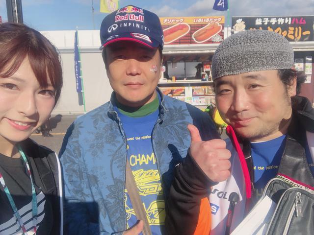 画像: お名前❥シモムラさん ワタナベさん お住い❥神奈川県 好きな選手❥マルケス選手 HONDAのロゴ入りパーカーを着て応援です♫