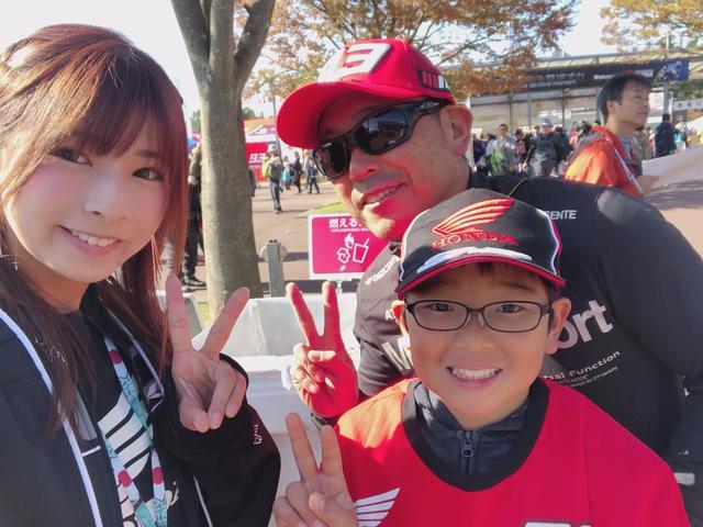 画像: お名前❥ゆうきさん お父さん お住い❥横浜 好きな選手❥マルケスさん ちょうどTシャツ帽子を着替えているところを突撃。 朝5時半に出発したそうです! ゆうきさんは将来バイク乗りたいとのこと♡ マルケス選手へメッセージ❥マルケス選手チャンピョンになってほしいです!!