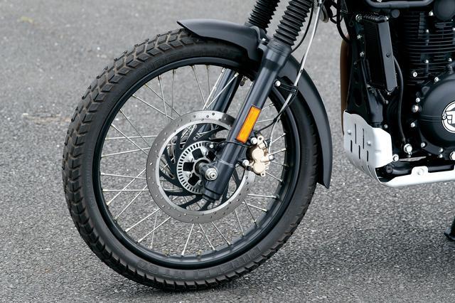画像: フロントは走破性に優れた21インチを採用。タイヤもピレリを装着し、ダートでの走破性を高めている。サスペンションは正立。