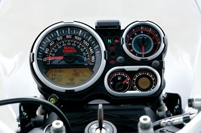 画像: 旧車風レイアウトだが、スピードメーター下には各種インフォーメーションを表示可能なモニターも付く。右下にはコンパスも備わる。
