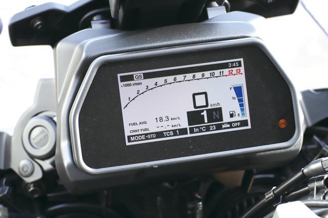 画像: まるでR1のようなフルカラーTFTメーターに加え、グリップヒーターやクルーズコントロールもGTに標準装備される。