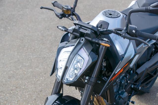 画像: シャープなデザインでDUKEシリーズの顔として定着したLEDヘッドライト。中央部分はヒートシンクになっており、ウインカーもLED。