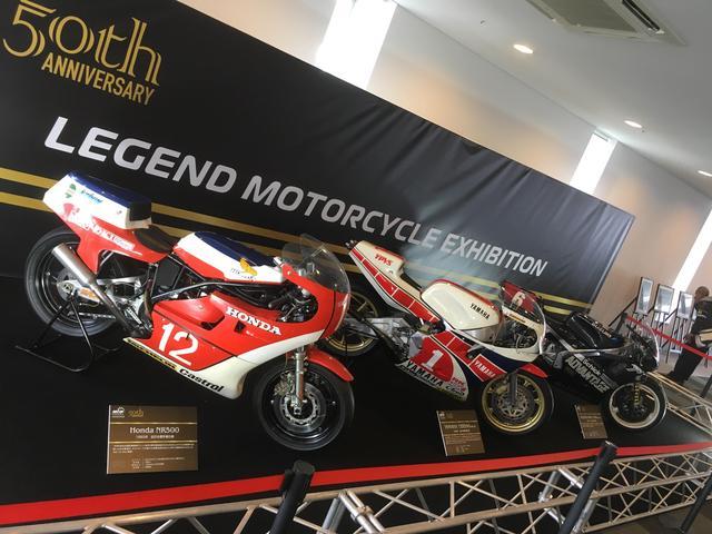 画像: 鈴鹿サーキット、ドライバーズサロン(パドック側レストランね)2Fに展示されているレジェンドマシン 左から82年に全日本で初優勝した故・木山さんのNR、84年に平さんが全日本V2を決めたYZR500(0W76)、奥が樋渡さんが89年に全日本を走ったRGV-Γ。Γ、カッコいいから↓こっちに単独のせちゃう^^