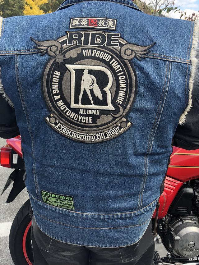 画像: お名前❥フェイク竹山 さん お住い❥神奈川 ライド集会の為にいらっしゃいました♡年に2回×6の参加!! RIDE集会の楽しみ❥ライドルに会うのを楽しみに♡ RIDE集会に行くことでバイクに乗れるきっかけに。 背中には限定モデルのワッペンをつけています(`-ω-´)✧ 集会が終わったら帰って仕事だそう(;•̀ω•́)